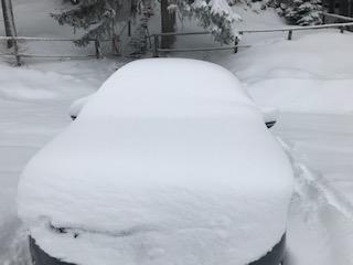 Verschneites Auto an Weihnachten für die Fahrt nach Hause zur Liebsten.
